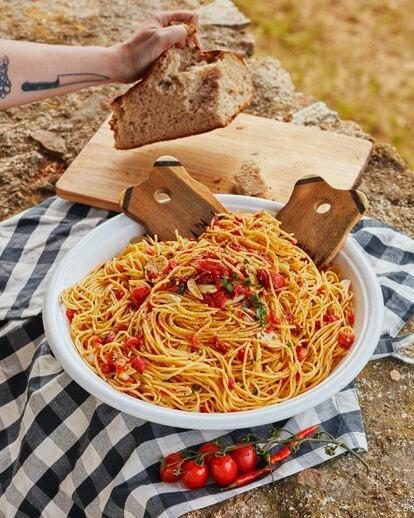 Recetas para el reportaje cenas de veranl. 'Que la noche nos pille con la mesa puesta´. En la imagen, Espaguetis contomate, perejil,ajo y guindilla
