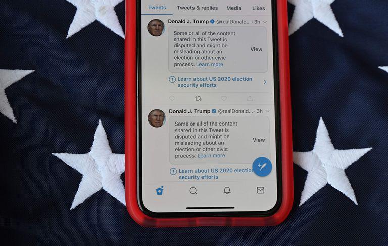 Los tuits de Trump etiquetados con la advertencia de que pueden ser engañosos.