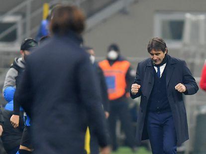 Conte celebra un gol del Inter ante la mirada de PIrlo este domingo en el estadio Giuseppe Meazza.