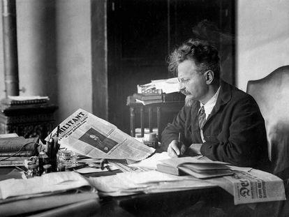 León Trotski en el despacho de su casa en México.