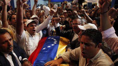 Familiares y seguidores vitorean el cadáver del expresidente Carlos Andrés Pérez en Caracas, después de ser repatriado desde EE UU