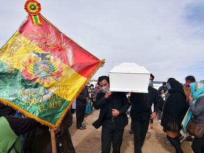 La familia y los vecinos de Esther enterraron a la niña el martes 7 de julio en el cementerio Mercedario de El Alto.