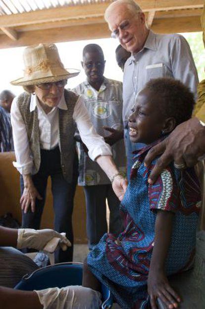 El matrimonio Carter, con una niña de 4 años, enferma del gusano de Guinea, en Ghana en 2007.