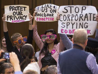 Una protesta en abril de 2018 en el Senado de EE UU con motivo de la comparecencia del consejero delegado de Facebook.