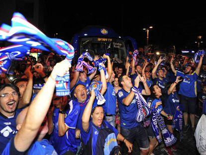 Aficionados del Getafe celebran el ascenso a Primera División.