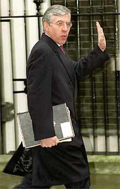 El ministro de Interior, Jack Straw, llega a Downing Street, en enro de 2000.
