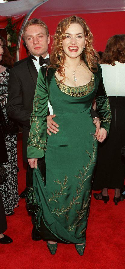 Kate Winslet y su entonces novio Jim Threapleton llegan al Auditorio Shrine de Los Ángeles para los Oscar de 1998.