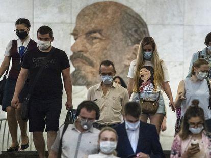 Varias personas con mascarilla entran en una boca de metro de Moscú, este miércoles.