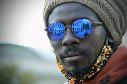 Retrato de Djibril Diop, senegalés residente en España desde 2006.