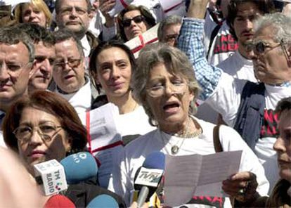 Pilar Bardem reads the anti-war manifesto, in front of Congress, in 2003.