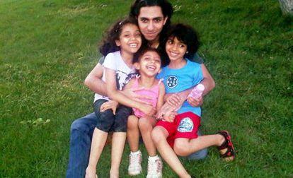 El bloguero saudí Raif Badawi, junto a su familia.