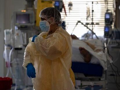 Una sanitaria trabaja en la Unidad de Cuidados Intensivos (UCI) dedicada a enfermos de coronavirus del Hospital Universitario Ramón y Cajal, en Madrid (España), el jueves.
