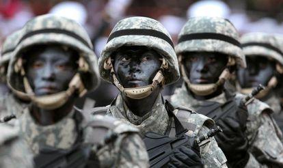 Soldado peruanos desfilan durante el Día de la Independencia de ese país.