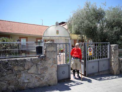Un interno de la residencia Arzobispo Morcillo (Soto del Real, Madrid) en una imagen del miércoles, horas después del anuncio de cierre.
