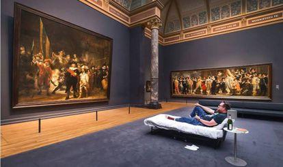 Stefan Kasper, en la cama frente a 'La ronda de noche', de Rembrandt.