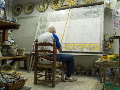 Un artesano de Talavera de la Reina, en su taller de cerámica.