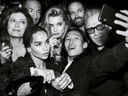 Una de las fotografías tomadas por Lenny Kravitz en la que aparecen Susan Sarandon, Hidetoshi Nakata, Benjamin Millepied, Zoe Kravitz, Alexander Wang, Zoe Kravitz y Harvey Keitel.