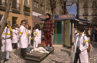 Pedro Almodóvar dirige a la figuración que en 'La flor de mi secreto' interpretaba a una manifestación de estudiantes de medicina que reflejan manifestaciones reales (con los mismos gritos y peticiones) que hubo en España ese mismo 1994.