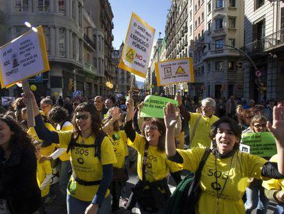 Manifestantes contra los recortes en la enseñanza en Via Laietana