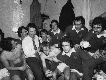 El Nottingham Forest practicaba un fútbol aguerrido y abrupto, pero no exento de técnica. La dosis de sofisticación se la aportaba el inquilino de su banquillo, la verdadera estrella del equipo: Brian Clough (el único con camisa y corbata en esta imagen tomada en 1975).