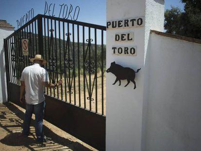 """Entrada de la finca """"Puerto del Toro' en Villanueva del Rey."""