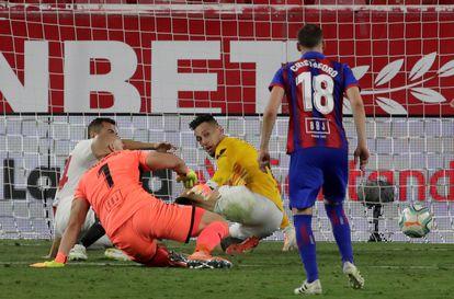 Ocampos hace la parada ante el remate de Dmitrovic que le dio el triunfo al Sevilla.