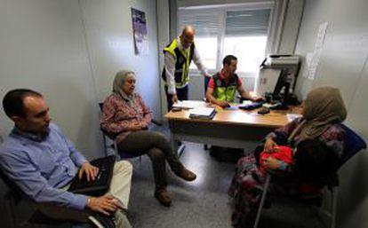 Una mujer siria (derecha) pide asilo en las oficinas españolas en la frotnera de Melilla con Marruecos.