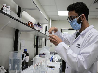 Un empleado trabaja en la producción de remdesivir, el 29 de junio.