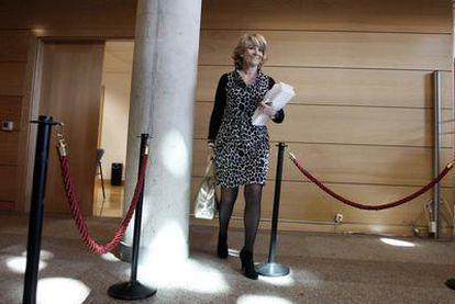 La presidenta de la Comunidad de Madrid, Esperanza Aguirre, ayer antes de comenzar el pleno de la Asamblea.