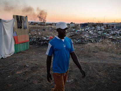 Imagen de un temporero originario de Gambia. En vídeo, el poblado de los temporeros invisibles que recogen el oro rojo de Italia.