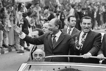 El presidente Anuar el Sadat (izquierda) y su <i>número dos,</i> el entonces vicepresidente Hosni Mubarak, en una imagen sin datar.