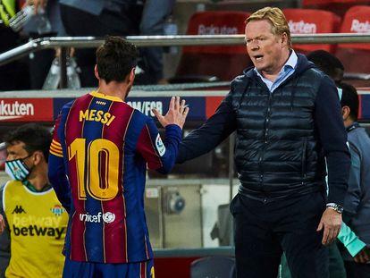 Messi saluda a Koeman tras ser sustituido ante el Betis