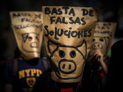 Una protesta en Buenos Aires frente a la embajada China por un acuerdo a favor de la ganadería intensiva.