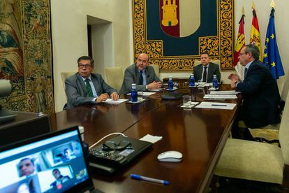 Emiliano García Page, en el centro, durante la reunion telemática con los taurinos.
