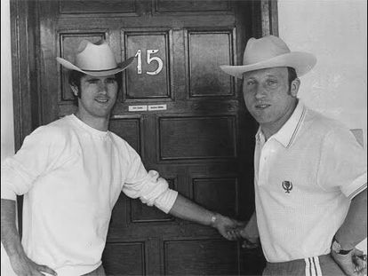 Gerd Müller y Uwe Seeler, a la puerta de su habitación de hotel.