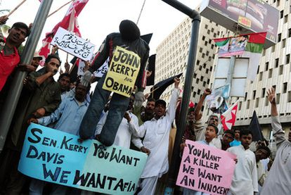 Simpatizantes del partido islamista Jamaat-e-Islami se manifiestan contra Estados Unidos en Karachi.