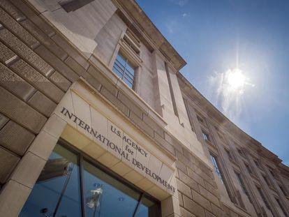 Frente de la sede de la  Agencia de Ayuda Internacional (USAID, en inglés), en Washington.