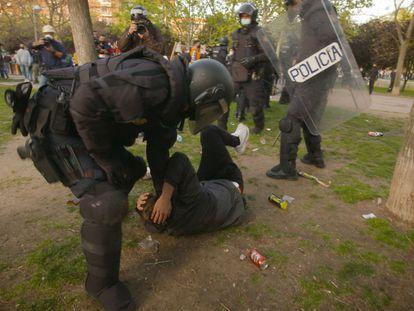 Un manifestante, detenido durante el acto de Vox en Vallecas