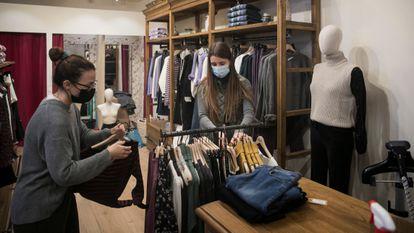 Una tienda de ropa en el centro comercial Illa Diagonal de Barcelona, este lunes.