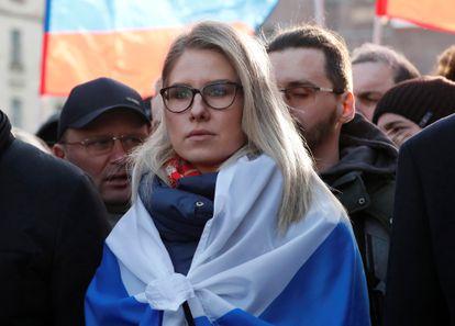 La opositora rusa Lyubov Sobol, compañera de Alexéi Navalni, participa en una marcha por el V aniversario del asesinato del disidente Boris Nemtsov en Moscú en febrero de 2020.