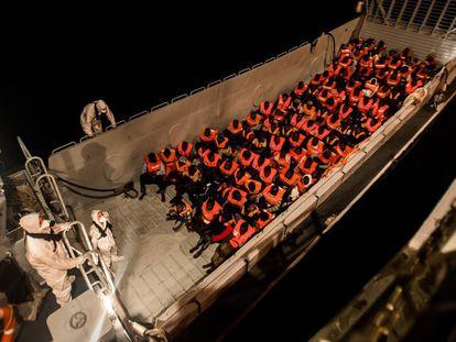 El barco 'Aquarius' durante el rescate de la noche del sábado, en el Mediterráneo.
