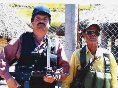 El Chapo (izquierda) junto a un hombre sin identificar.