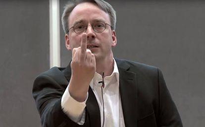 Linus Torvalds, creador del sistema operativo Linux, saluda a la cámara.