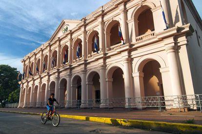 Un niño pasa en bicicleta por delante del edifio del Cabildo, ahora Museo del Congreso Nacional, en Asuncion, Paraguay.