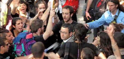 El diputado del PSC Jordi Terrades es increpado a su llegada al Parque de la Ciutadella de Barcelona.
