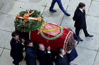 Los familiares de Franco trasladan los resto del dictador.
