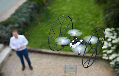 Un minidrone volando de la empresa Parrot.