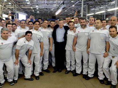 El presidente Macri junto a operarios de Fiat en una visita de 2016.