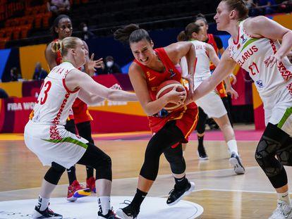 Raquel Carrera intenta superar a las defensoras bielorrusas. feb