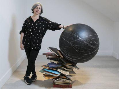 Alicia Martín, artista junto a una de sus obras en la galería Lucia Mendoza.
